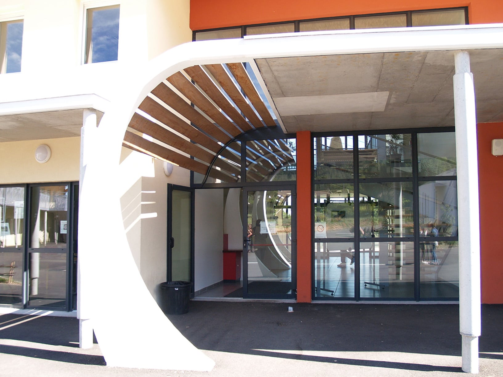 Hall d'entrée bois verre aluminium